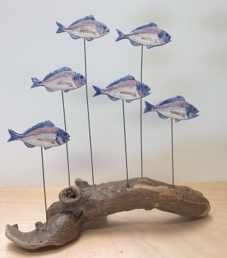 Dorades en faïence sur bois flotté Décoration bord de mer Déco poisson Nathalie Burési