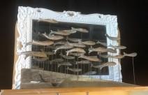 Banc de sardines devant miroir