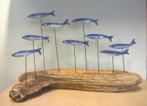 Sardines bleues sur bois flotté